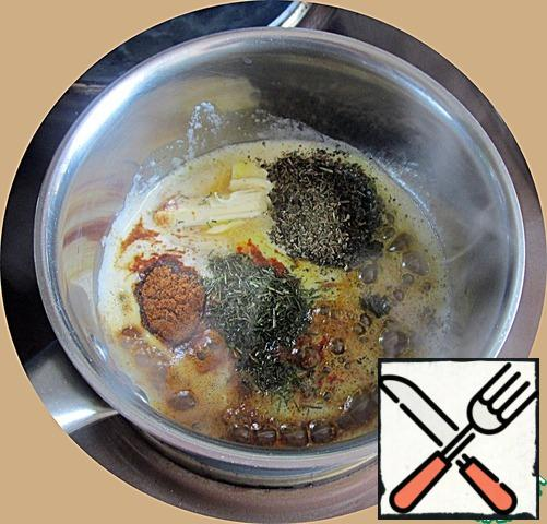 As soon as the oil begins to actively melt, remove the pan from the heat and pour in the curry, hot red pepper, paprika, dry dill and dry Basil, mix actively.