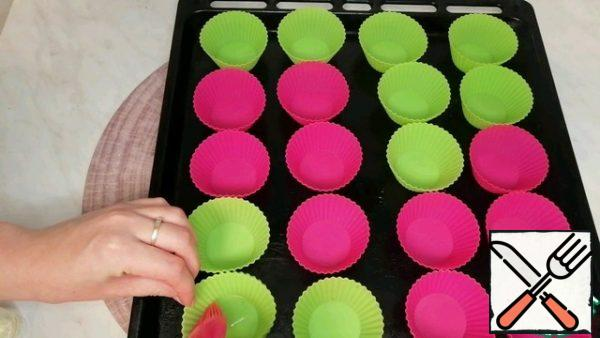 I grease the cupcake molds with vegetable oil.