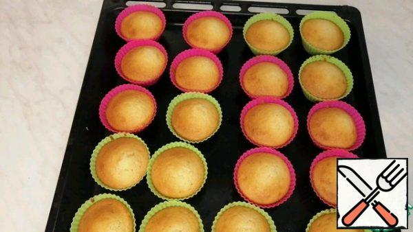 The cupcakes are ready, they were baked for 18 minutes, and they stood in the oven for another 2 minutes.