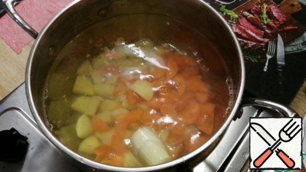 Pour 1.2 liters of water into a pan, add onions, carrots, potatoes and cook for 10 minutes after boiling. If desired, you can add a little salt and seasonings to your taste.