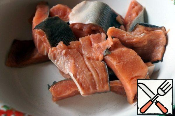 Cut the pink salmon fillet into pieces.