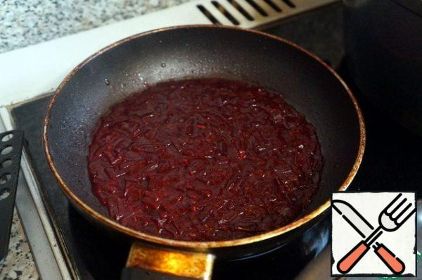 In another pan, melt the remaining oil, put the beetroot, fry for 5 minutes, stirring. Then add a spoonful of broth, reduce the heat to low, cover the pan with a lid and simmer the beets for 20 minutes to become quite soft.