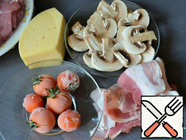 Prepare the rest for the filling. Grate the cheese on a fine grater, cut the mushrooms into thin slices.