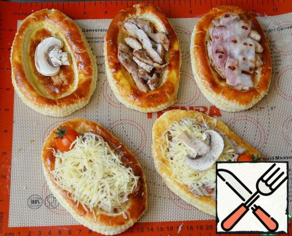 Collect puffs: first, put the slices of mushrooms on the mushrooms, chop bars, a slice of fried bacon, grated cheese. Decorate with cherry tomatoes and slices of mushrooms.