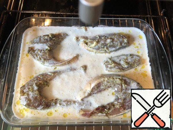 In a greased form, put the pieces of fish and pour the sour cream sauce. Put in the oven and bake for 35-40 minutes. During the baking process (1-2 times), pour the sauce over the fish pieces.As a side dish, rice is ideal.Bon Appetit!