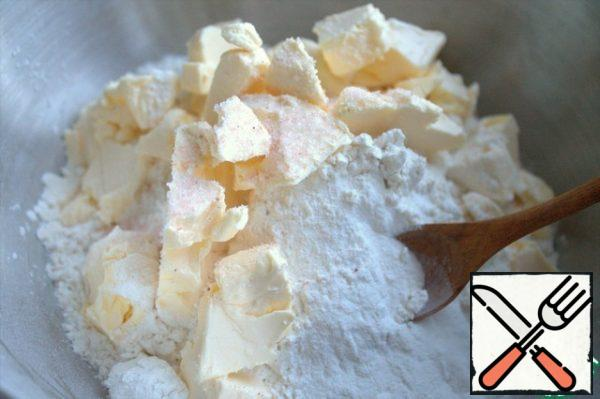 Cut the butter from the refrigerator into flour with baking powder and salt.