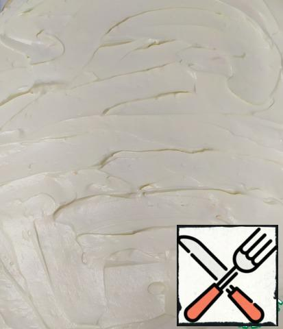 Put the cream on the meringue cake and spread it evenly over the entire surface.
