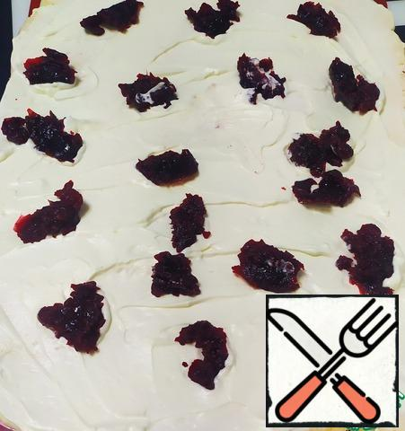 Then evenly put the cooled berry compote.