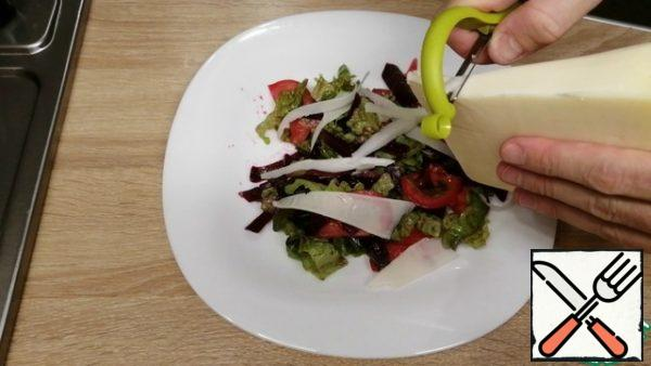 Arrange the salad on plates and thinly slice the goat's cheese on top with a vegetable peeler. Colorful, light and very delicious salad is ready.