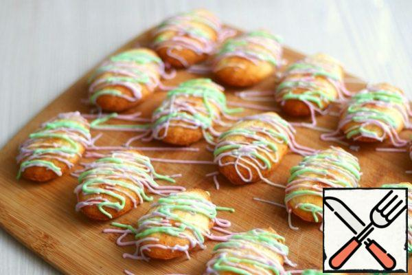 Finished cookies can be sprinkled with powdered sugar, pour chocolate or, as in my case, pour colored glaze.