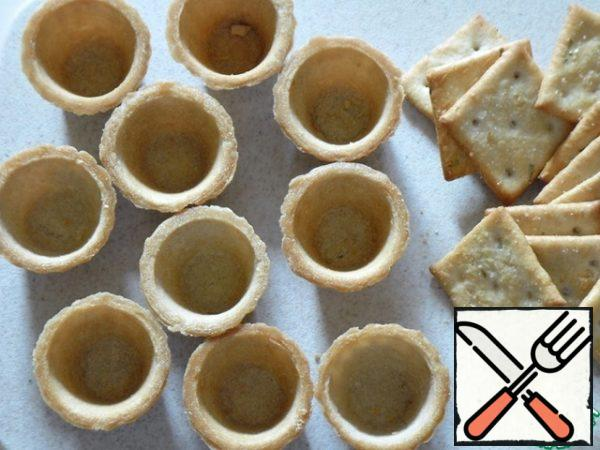 Prepare the tartlets. I calculated the filling for large tartlets, but I now have a mini, so I took a cracker, you can also use slices of bread, pre-cut and dry in the oven, toaster or dry pan.
