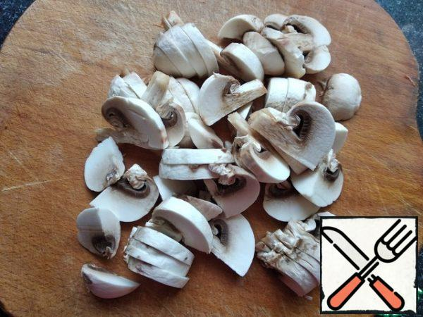 Cut the mushrooms into large pieces and leave a few whole mushrooms for decoration.