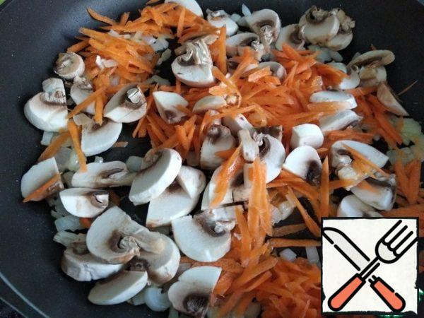 In vegetable oil, fry the onion a little, add the carrots and mushrooms. Put out 5 min.