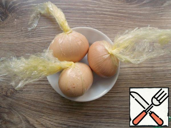 To begin with, choose the largest eggs, with a strong shell and boil them until ready, cool. Take a thick and necessarily smooth film, cut into 4 parts and carefully smear the middle with oil. You need to wipe the eggs dry and very liberally lubricate them with vegetable oil. Then put them on film and do not tightly wrap.