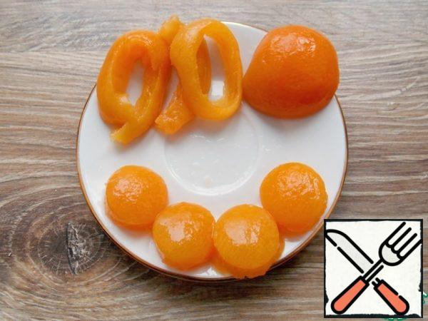 From the halves of canned apricot, we cut out small round pieces so that they fit our egg preparations as yolks.