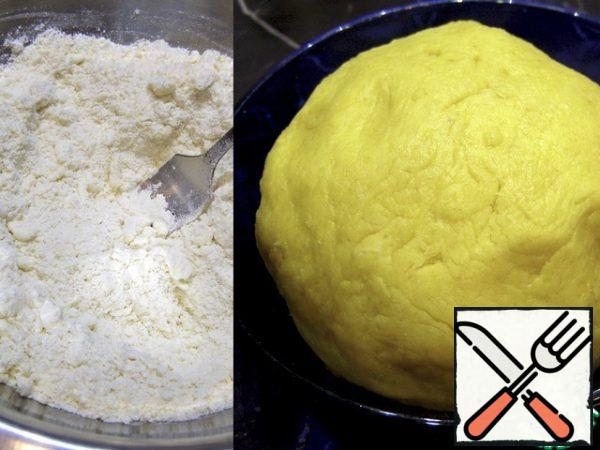 Cold margarine or butter combine with flour and chop with a knife or fork (for the yellow color of the dough, I added a little turmeric). Add salt, sugar, egg, sour cream to the butter and flour crumbs and quickly knead a soft elastic dough. To make the shortbread crumbly, it can not be kneaded for a long time. Remove to the refrigerator for 1 hour.