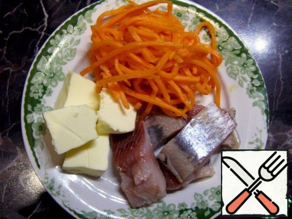 Snack tartlets you can make with any filling, I suggest this: herring fillet, carrots in Korean and butter.