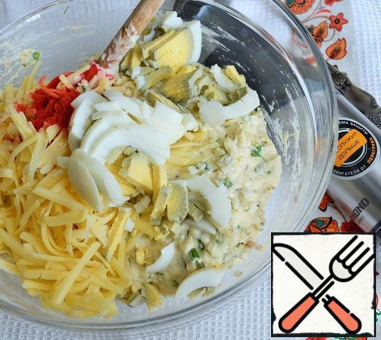 Grate the cheese and cut the eggs. Add the cheese, eggs and paprika to the dough.