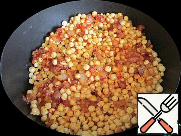 Put the swollen peas in the pan. Add salt and pepper.