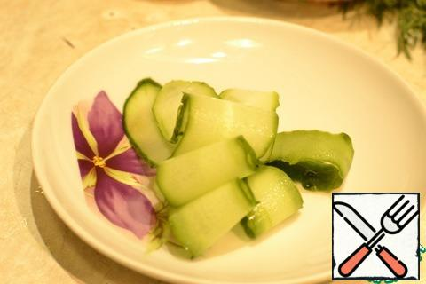 Next, everything is simple - cut the cucumber with a vegetable peeler into thin slices.