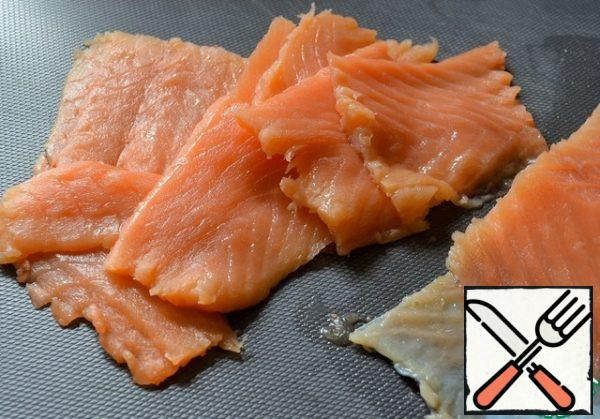 Cook the rice and egg in advance. Cool. Cut the salted salmon into thin slices, removing the bones.