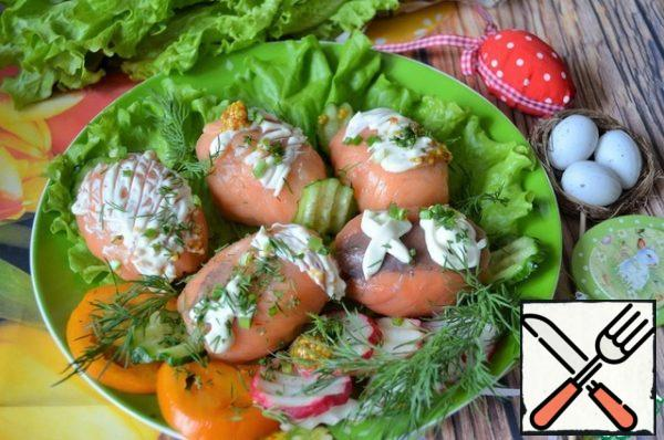 Before serving, spread the blanks (removing the film) on the lettuce leaves, decorate as desired, adding tomatoes, cucumbers, radishes, herbs.