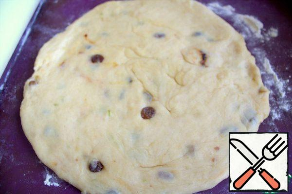 Roll out the dough slightly in a circle. Transfer to a mold, prick the bottom with a fork.