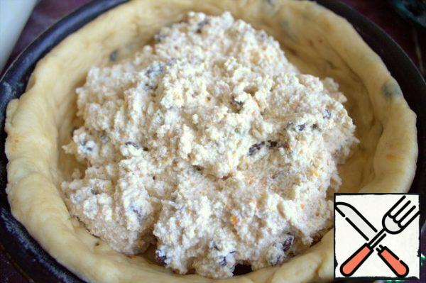 Mix the filling and transfer to the dough cake.