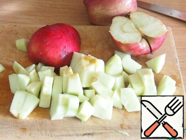 Peel the apples and cut them into fairly large pieces.