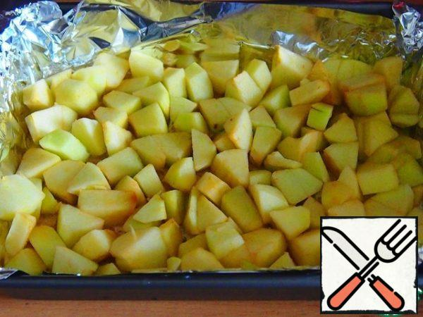Spread the apples in a thick layer on the bottom of the mold, put the mold in the preheated oven for 15 minutes.