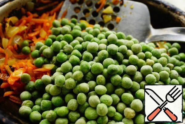 Add the peas to the carrots and onions.