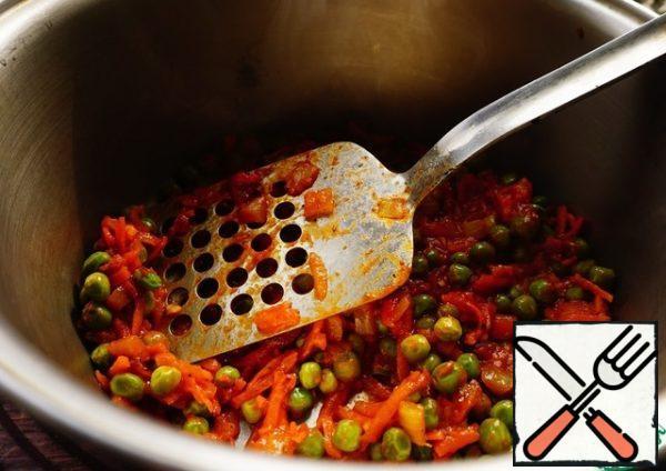 Put half the sauce on the bottom of the saucepan.