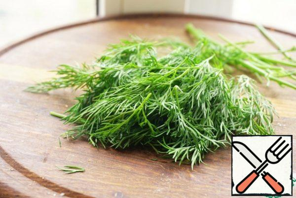 While the rice is cooking, we break off the leaves from the dill.