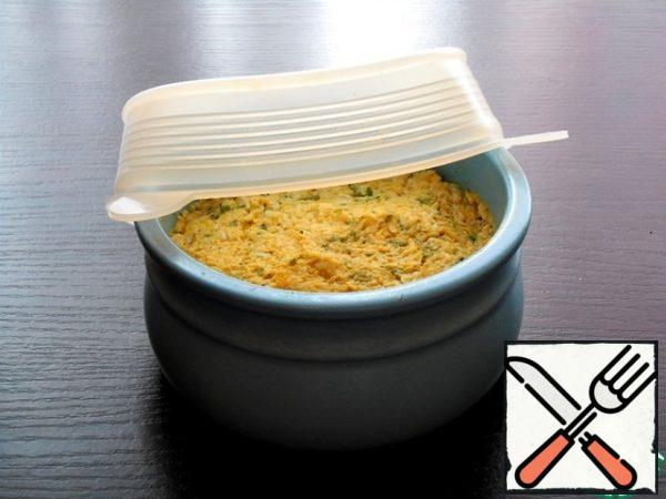 The remaining paste is covered with a tight lid and can be stored in the refrigerator for 2-3 days (if you do not eat it before).
