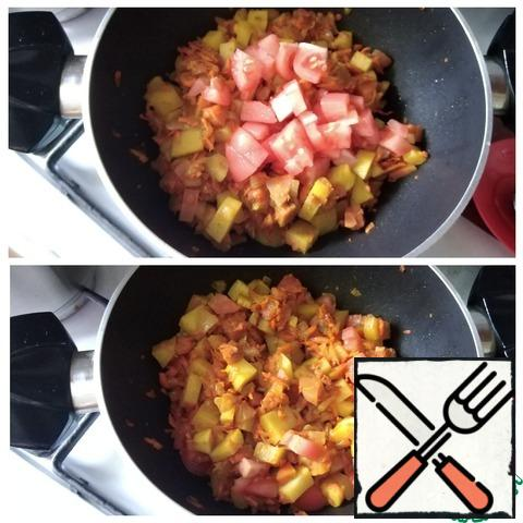 Send the tomato in a saucepan to the vegetables, simmer for a couple of minutes.