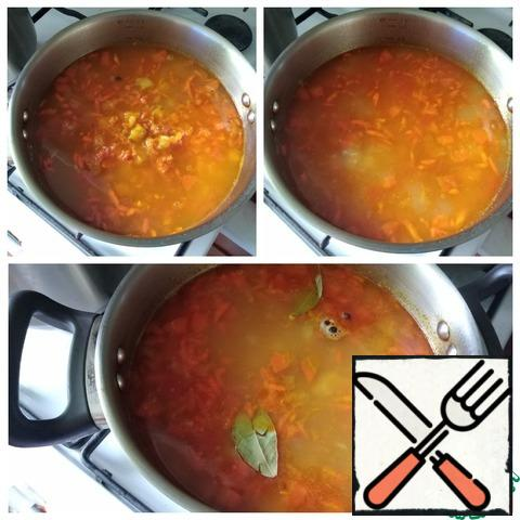 The contents of the saucepan are half-ready. We send it to the broth with peas. The peas should be ready by now! Cook the soup until the potatoes are ready. This is fast, another 5-7 minutes. Salt the soup to taste, spread allspice, Bay leaf, cook for a couple of minutes and remove from the heat.