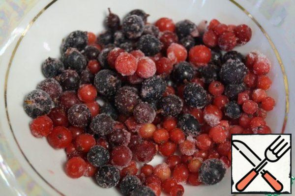 Berries can be taken any to Your taste. They can be fresh or frozen. I have red and black currants. Remove from the freezer and leave.