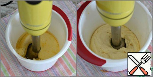 Gradually lift the blender from the bottom of the container (the emulsion will rise behind the blender), and then continue to beat the mayonnaise with movements from top to bottom until smooth.