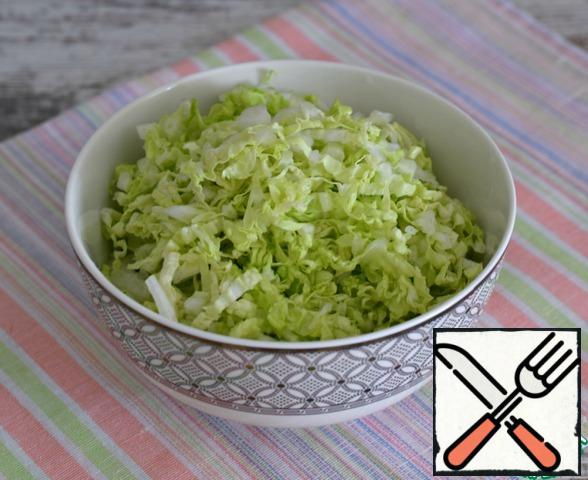 Chop the Peking cabbage. It can be replaced with young cabbage or salad.