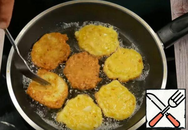 Put a spoon on a pan heated with vegetable oil and fry on a low heat on both sides until Golden brown.