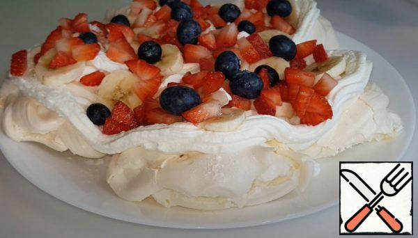 And spread the fruit. If you want, you can do it in two layers. Bon appetit.