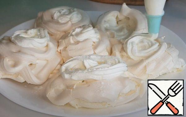 Spread the ready-made baskets, smear with cream.