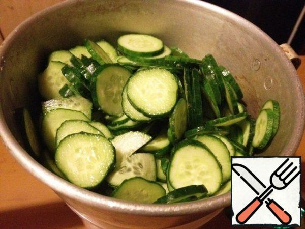 Mix the cucumbers with 1 h l of salt and leave in a colander for 15 minutes. Then wash the cucumbers with cold water, wring them out with your hands and put them in a bowl.
