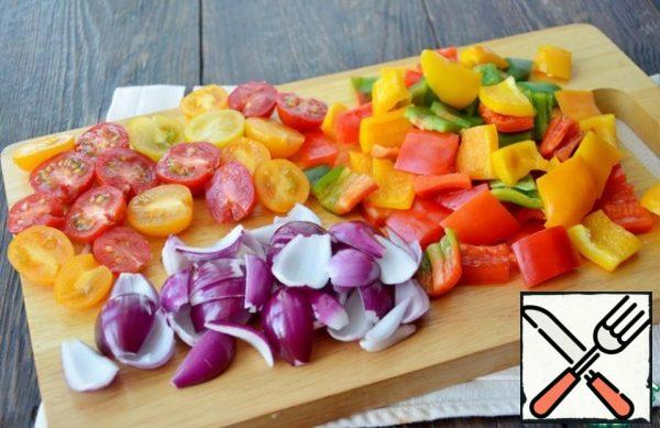 First you need to prepare the salad dressing. Medium peppers of three colors cut large, cherry tomatoes into halves, onions cut into four parts, separate it.