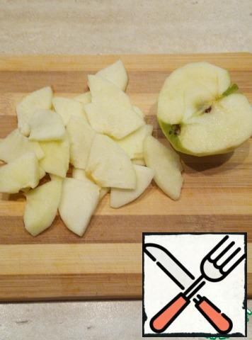 Peel the Apple and remove the seeds. Cut a quarter into thin rings and sprinkle with lemon juice.