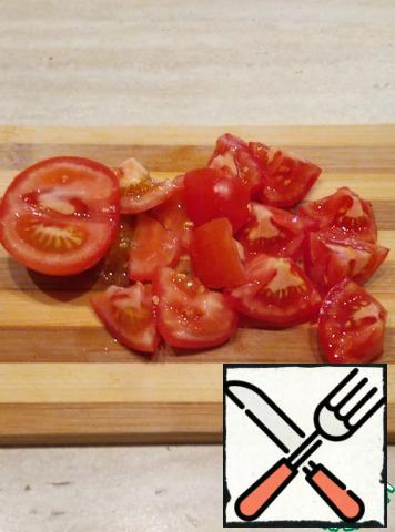Cut the tomatoes into large pieces, each into eight parts.