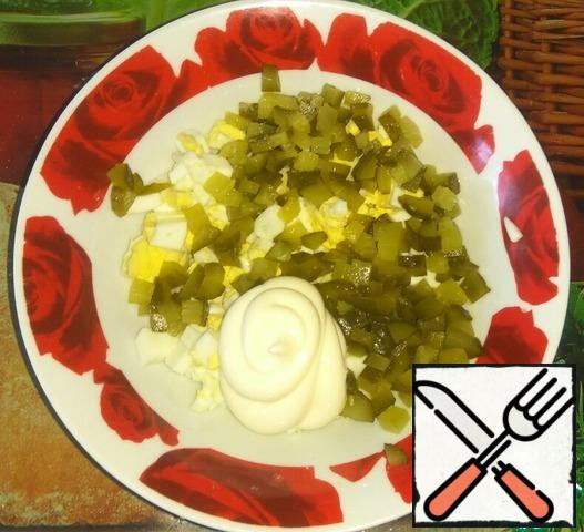 In a bowl, combine the eggs, cucumbers and mayonnaise. If necessary, add salt and pepper.