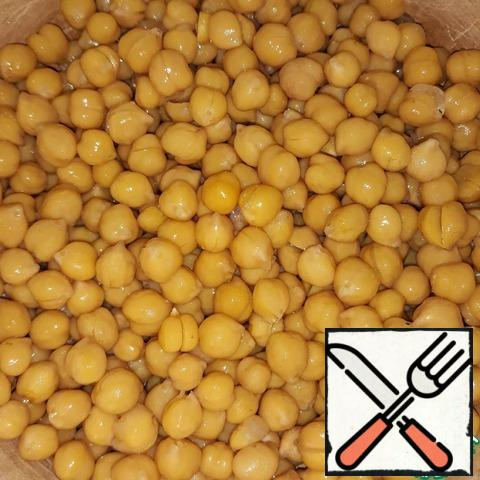 Drain the water after soaking. Fill the chickpeas with new water. Cook on a low heat after boiling for 40 to 60 minutes (it all depends on the size of the legumes). The chickpeas should become soft, but not crack. He needs to be watched.