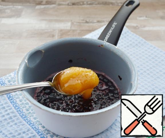 Fill the blueberries with 40 ml of water, add honey and boil for 10 minutes.