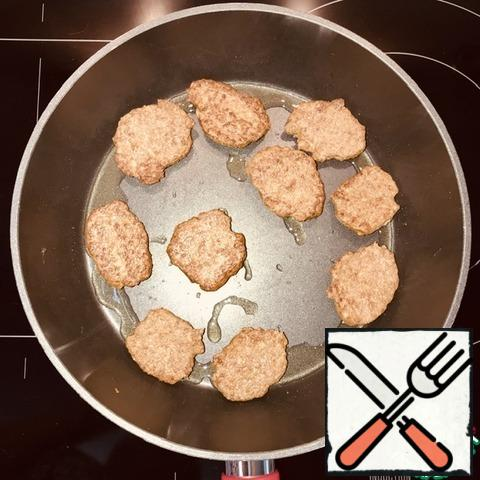 Preheat the pan over medium heat. Put 1 tablespoon of coconut oil, melt. Spread the minced meat with a tablespoon and fry on both sides for 5 minutes. So we continue until the mince is finished (I had three calls), before laying out the next portion in the pan, add 1 tablespoon of oil.